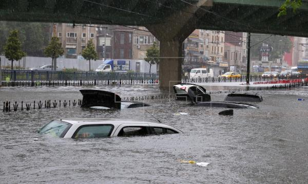 Heavy rain causes roads to flood, travel chaos in Istanbul | World |  English edition | Agencia EFE