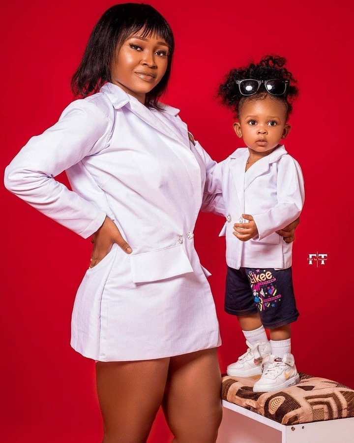 Checkout how pretty strongman's wife and kid slayed in these photos. 2