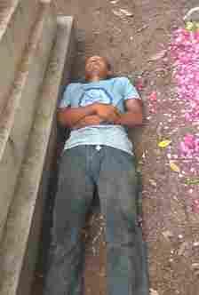 Pria tidur di makam (foto:tiktok)