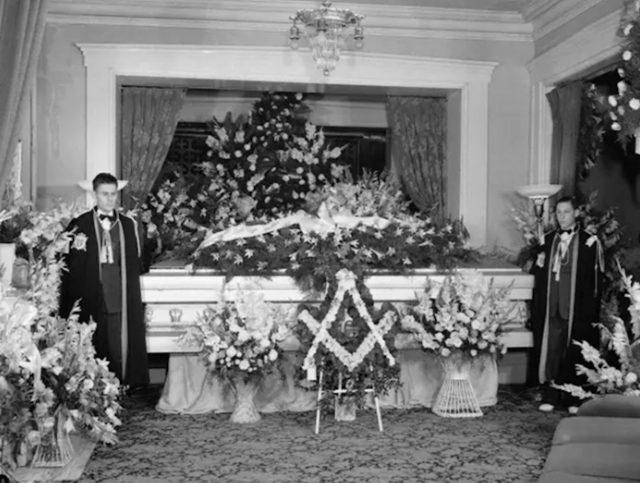 Robert Wadlow coffin (Image: Twitter @denver_patriot)