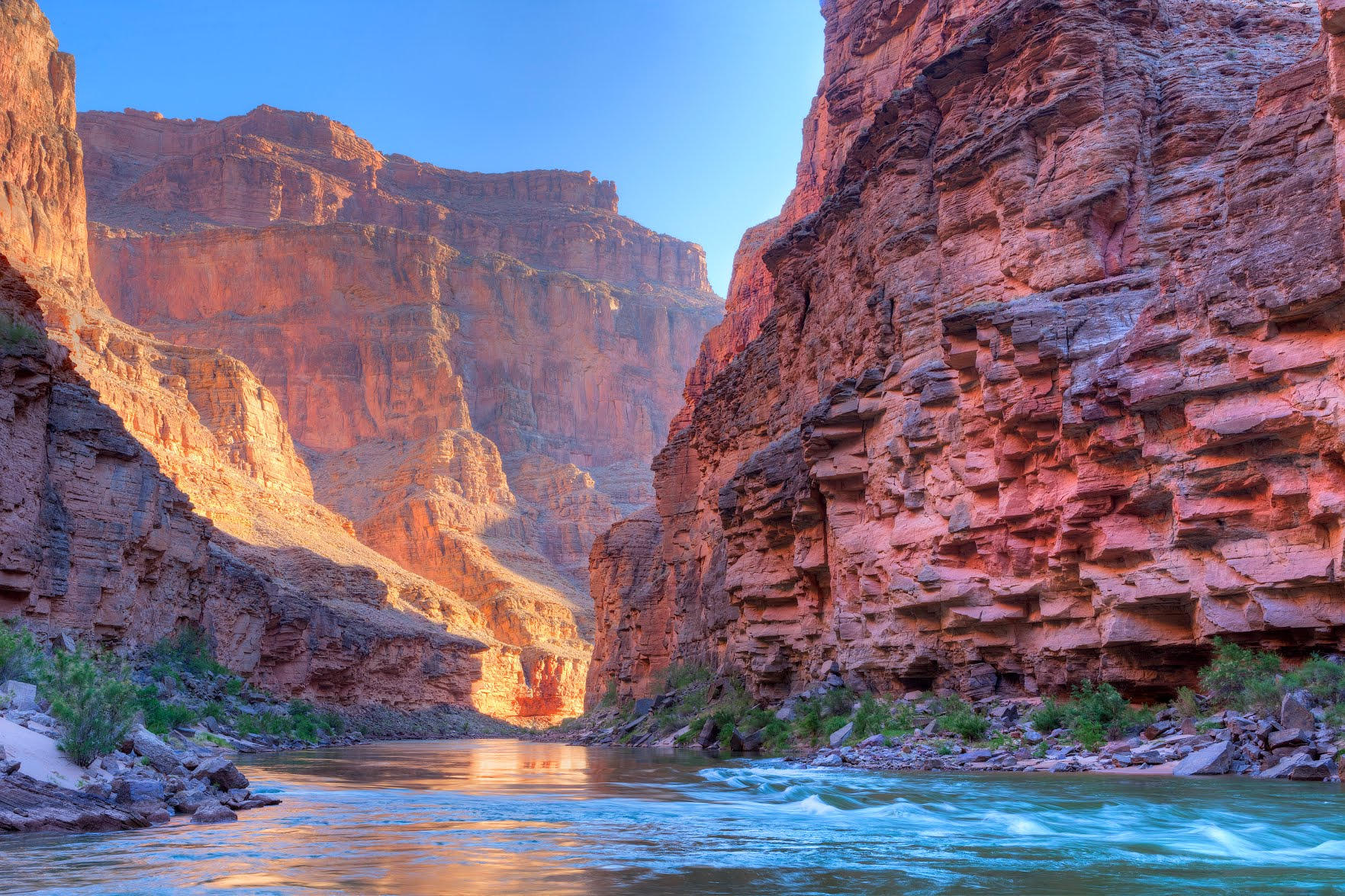 https://s1.travix.com/blog/north-america-las-vegas-grand-canyon-river.jpg