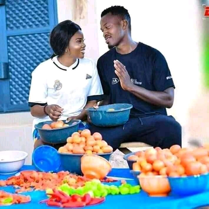Pre-wedding Photos Of Tomatoes Seller And Wheelbarrow Man breaks The Internet