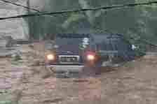 Suasana saat banjir bandang yang terjadi di Kecamatan Cicurug, Kabupaten Sukabumi, Jabar, Senin (21/9/2020). Tampak sebuah mobil terseret arus dan dua orang terbawa hanyut air sungai yang meluap.