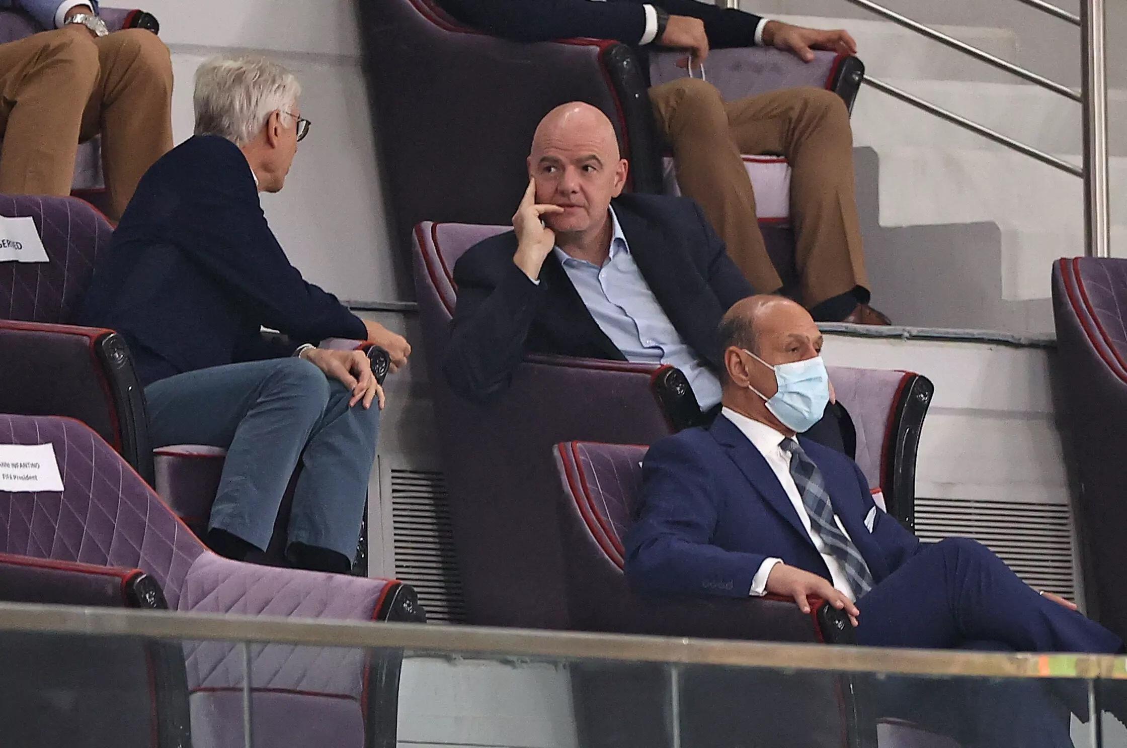 Le président de la Fifa Gianni Infantino échange avec son directeur du développement du football Arsène Wenger (à gauche) au stade Al-Janoub à Al Wakrah, le 7 septembre 2021