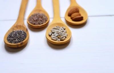 Nueces y semillas en una cuchara