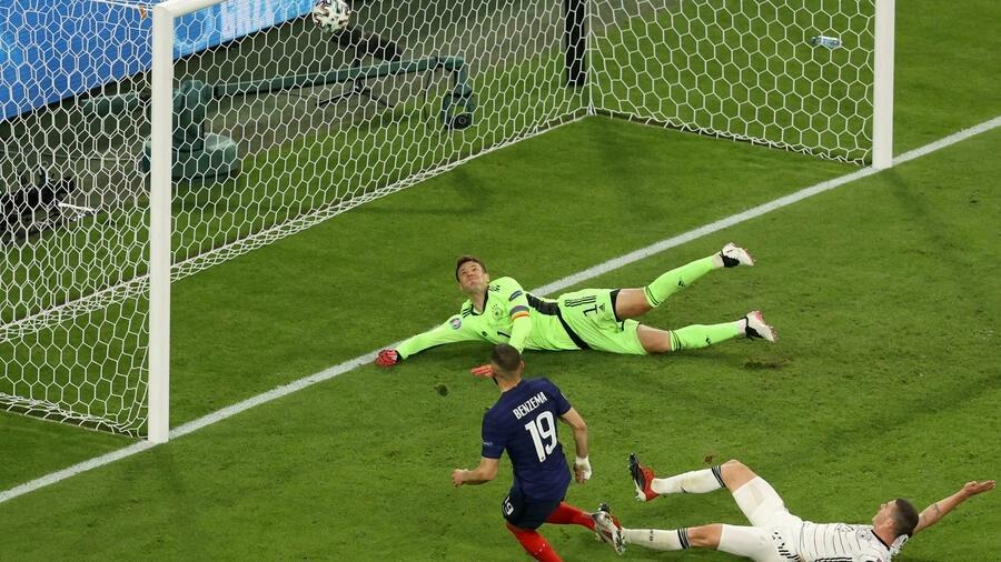 Le but de l'attaquant français Karim Benzema contre l'Allemagne de Manuel Neuer est annulé pour hors-jeu par la VAR, lors de l'UEFA à Munich, le 15 juin 2021
