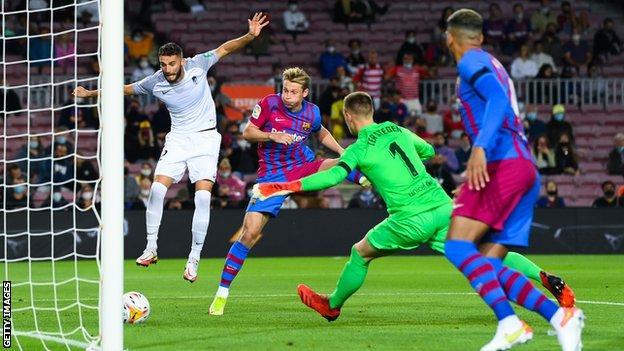 Barcelona 1-1 Granada: Ronald Araujo rescues point for woeful Barca - BBC  Sport