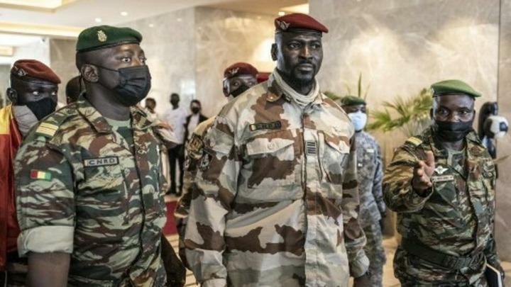 Le colonel Doumbouya entouré des membres du CRND. Le 17 septembre 2021. À gauche, le colonel Amara Camara, porte-parole du CNRD et à droite, le colonel Koulibaly.