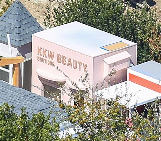 Kim Kardashian fait construire une ville miniature pour ses 4 enfants (photos)