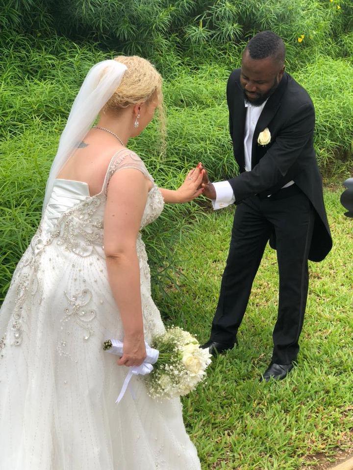 Peut être une image de 1 personne, position debout, fleur, mariage et herbe