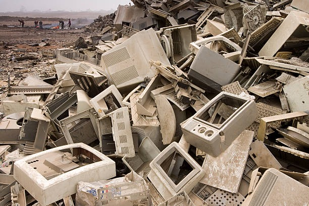 computer dumping in accra, ghana - e waste stock pictures, royalty-free photos & images