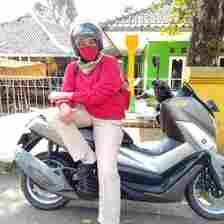 Istri muda Yosef, yaitu Mimin ketika duduk di atas motor Nmax. Polisi saat ini sedang mencari pelaku pembunuhan di Subang yang menggunakan Nmax berwarna biru.