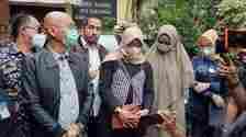 M bersama tim pengacara mendatangi Komnas Perempuan untuk mengadukan ayah Taqy Malik, Mansyardin Malik [Suara.com/Evi Ariska]