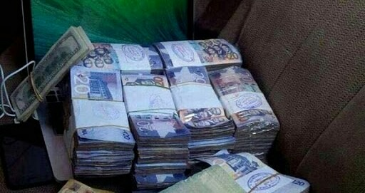 Taxi driver returns bundles of money found in his car. 51