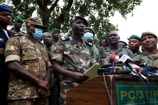 Le porte-parole de la junte au pouvoir au Mali, le colonel Ismaël Wague, entouré de militaires à Kati (illustration)..